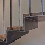 Holztreppe mit Stahl